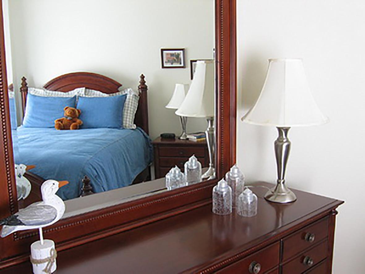 Gương không nên chiếu thẳng vào đầu giường